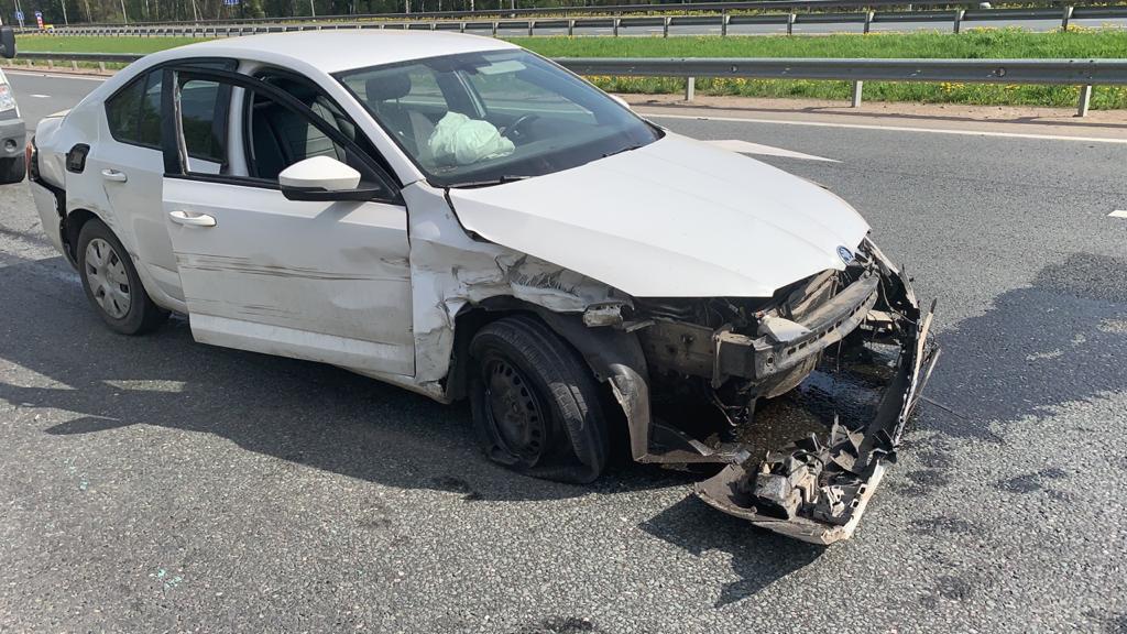 В Тверской области водитель иномарки уснул за рулем и врезался в ограждение