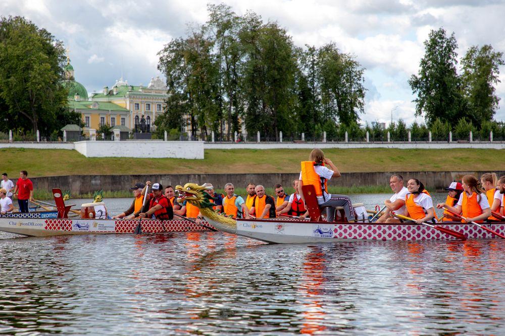 Заплыв на «Драконах» и «Оранжевый мяч»: Владимир Васильев и Юлия Саранова посетили спортивные состязания в Твери