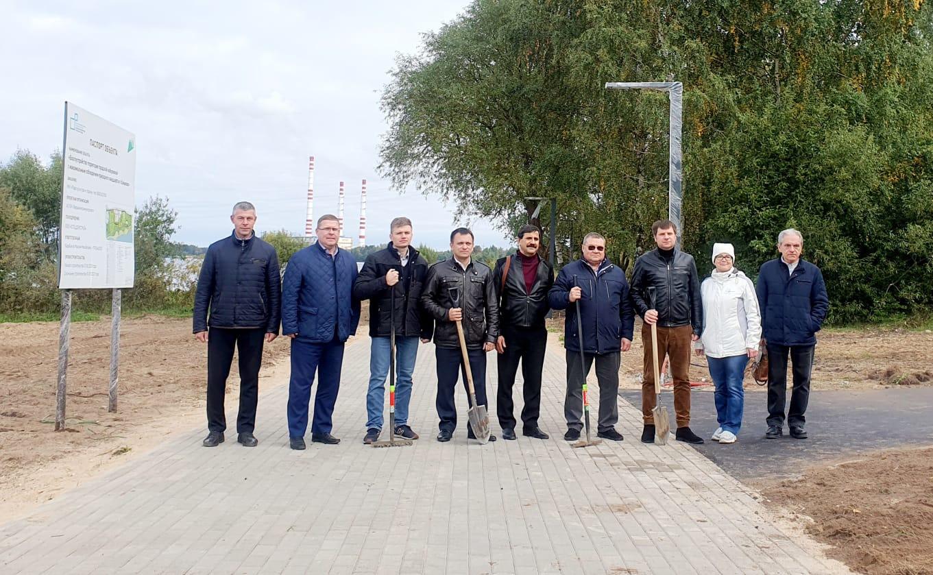 На набережной в городе Конаково высадили клены